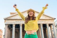 Vrouw die met fotocamera zich in Rome verheugen Stock Foto