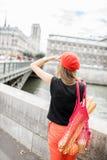 Vrouw die met Frans voedsel in Parijs lopen royalty-vrije stock foto