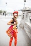 Vrouw die met Frans voedsel in Parijs lopen stock foto's