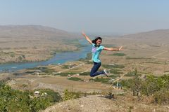 Vrouw die met geluk en vreugde springen stock afbeeldingen