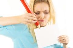 Vrouw die met groot potlood op papier schrijven royalty-vrije stock foto