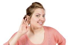 Luister vrouw met hand bij oor stock foto