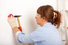 Vrouw die met hamer werkt royalty-vrije stock foto