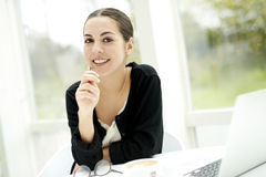 Vrouw die met in hand potlood glimlachen Royalty-vrije Stock Foto