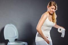 Vrouw die met handen haar bifurcatie in toilet houden royalty-vrije stock afbeeldingen