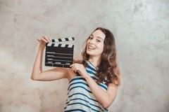 Vrouw die met het concept van de de filmauditie van de kleppenraad glimlachen royalty-vrije stock afbeelding