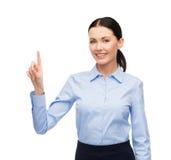 Vrouw die met het denkbeeldige virtuele scherm werken stock fotografie