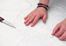 Vrouw die met het ontwerpen van kleding werkt Royalty-vrije Stock Afbeeldingen