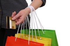 Vrouw die met het winkelen zakken haar aankoop betalen royalty-vrije stock afbeelding