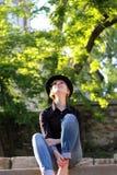 Vrouw die met hoed aan de hemel kijken Stock Foto