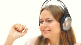Vrouw die met hoofdtelefoons aan muziek luistert stock videobeelden