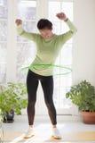 Vrouw die met hulahoepel uitoefent Royalty-vrije Stock Foto