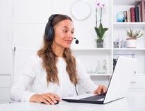 Vrouw die met klant spreken die hands-free reeks gebruiken Royalty-vrije Stock Foto