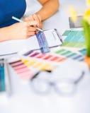 Vrouw die met kleurensteekproeven werken voor selectie royalty-vrije stock afbeelding