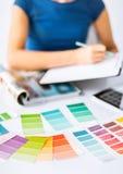 Vrouw die met kleurensteekproeven werken voor selectie stock afbeeldingen