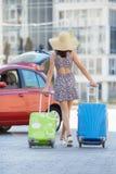 Vrouw die met koffers reizen, die op de weg lopen Royalty-vrije Stock Foto