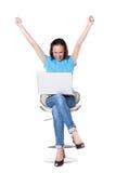 Vrouw die met laptop handen omhoog opheft Stock Foto's