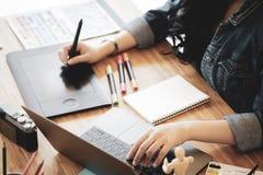 Vrouw die met laptop voor ontwerp werken royalty-vrije stock afbeelding