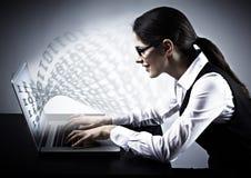 Vrouw die met laptop werken. Stock Foto's