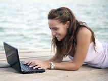 Vrouw die met laptop werkt royalty-vrije stock afbeelding