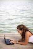 Vrouw die met laptop werkt royalty-vrije stock foto's