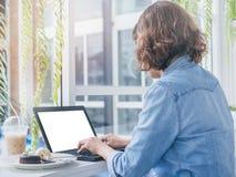 Vrouw die met laptop werkt stock fotografie