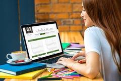 Vrouw die met laptop werkt Stock Foto