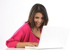 Vrouw die met laptop wordt opgewekt Stock Fotografie