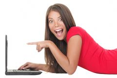 Vrouw die met laptop wordt opgewekt royalty-vrije stock foto's