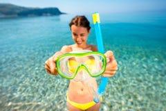 Vrouw die met masker op de overzeese achtergrond snorkelen Stock Foto's