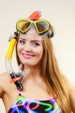 Vrouw die met masker die pret hebben snorkelen royalty-vrije stock afbeelding