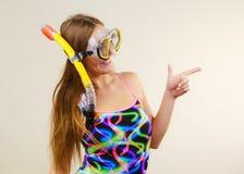Vrouw die met masker die pret hebben snorkelen stock afbeelding