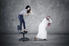 Vrouw die met megafoon schreeuwen Stock Foto's