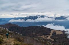 Vrouw die met mening over bergen bij Meer Garda, Italië wandelen Royalty-vrije Stock Afbeelding