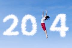 Vrouw die met nieuw jaar 2014 dansen Stock Foto's