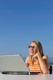Vrouw die met openlucht laptop werkt Royalty-vrije Stock Foto's