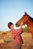Vrouw die met paard loopt Stock Fotografie
