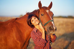 Vrouw die met paard loopt Stock Afbeelding