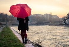 Vrouw die met paraplu door de rivier lopen royalty-vrije stock fotografie