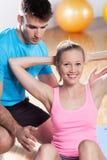 Vrouw die met persoonlijke trainer uitoefent stock foto
