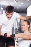 Vrouw die met persoonlijke trainer uitoefent Royalty-vrije Stock Afbeelding
