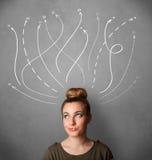 Vrouw die met pijlen in verschillende richtingen boven haar hoofd denken stock foto