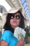 Vrouw die met rekeningen van 100 euro winkelt Stock Fotografie