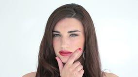 Vrouw die met rode lippen nadenkend kijken stock videobeelden