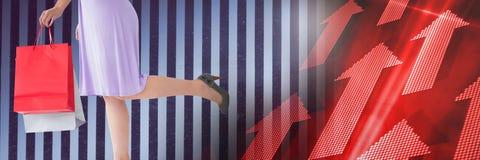 Vrouw die met rode omhoog pijlen winkelen Stock Foto's