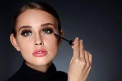 Vrouw die met Schoonheidsmake-up, Lange Zwarte Wimpers Mascara toepassen stock afbeelding