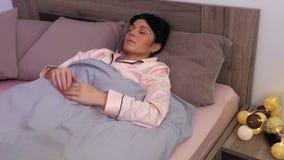 Vrouw die met slapeloosheid worstelen stock videobeelden