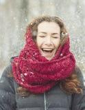 Vrouw die met sneeuw lachen Stock Foto