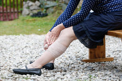 Vrouw die met spataders compressieverband toepassen Royalty-vrije Stock Foto