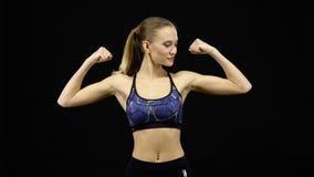 Vrouw die met spieren pronkt zwart stock videobeelden
